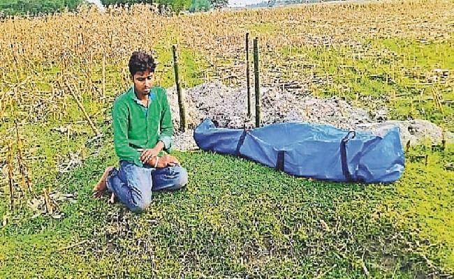कोरोना संक्रमित शव के दाह संस्कार के लिए मांगे 25 हजार रुपये, गांव लाकर बेटे ने खुद की अंत्येष्टि, नहीं शामिल हुए ग्रामीण