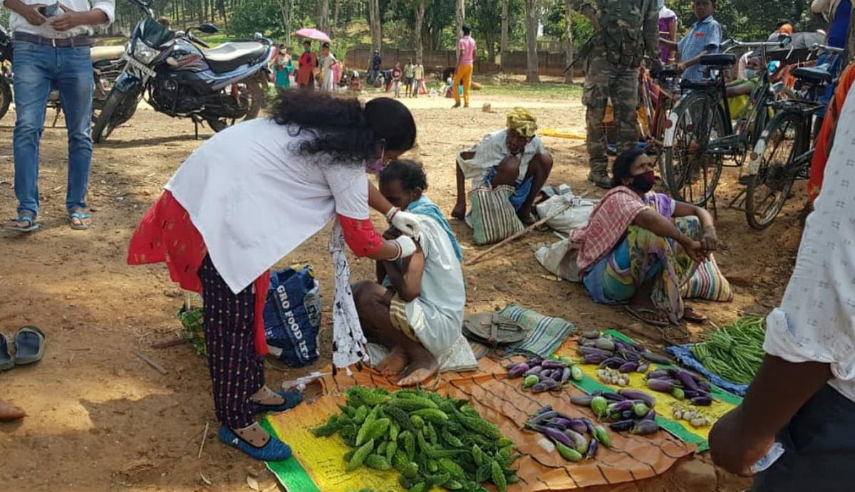 अच्छी पहल : गुमला में अलग अंदाज में हुआ टीकाकरण, सब्जी बेचने वालों तक पहुंचा प्रशासन