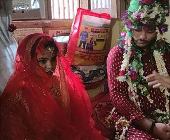 शादी के अगले दिन पुलिस ने लड़की को नाबालिग बताकर ससुराल से उठाया,पति धरने पर बैठा तो कोर्ट भेजा