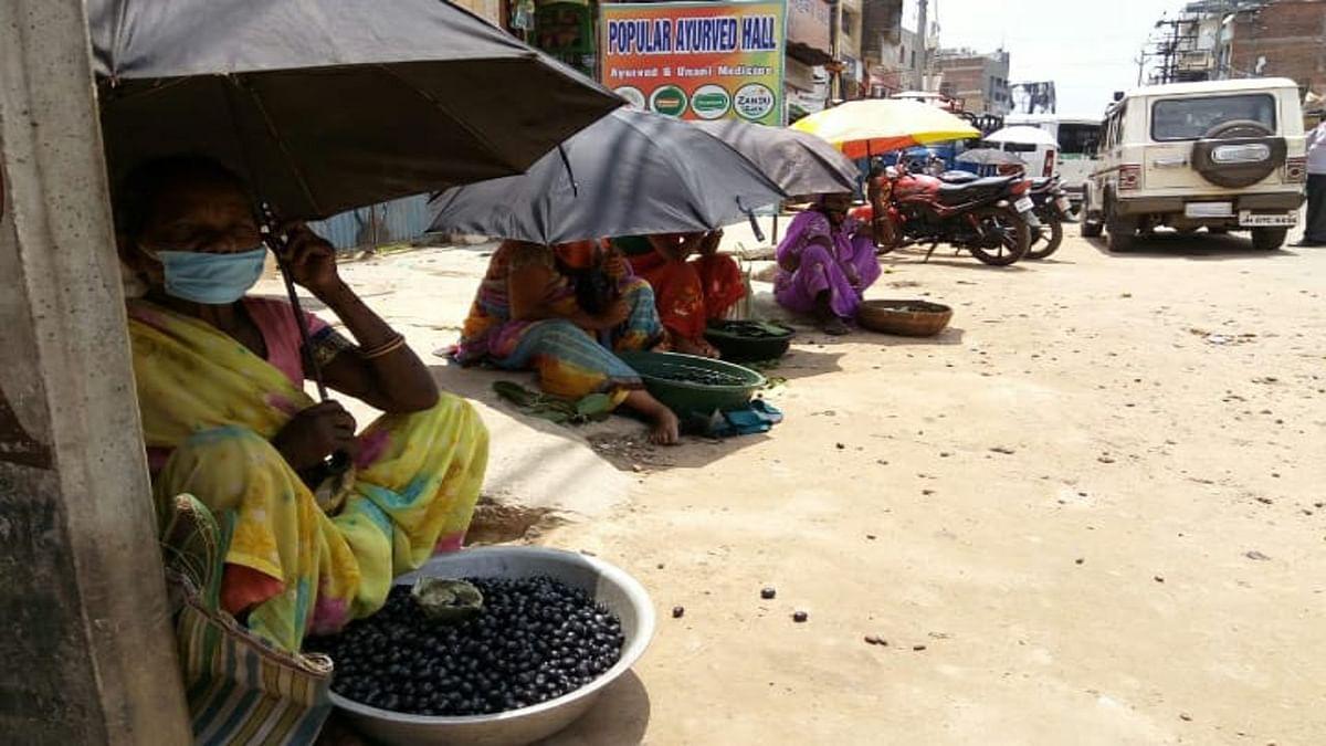 Jharkhand news : गुमला के बाजारों में आया जामुन. जामुन लेने के लिए आकर्षित हो रहे हैं लोग.