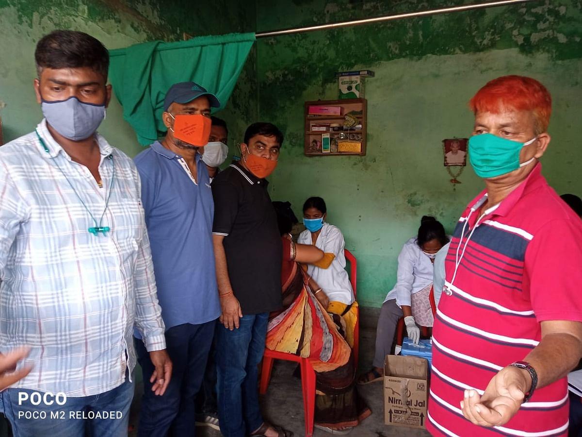 Corona Vaccination In Jharkhand : कोरोना टीकाकरण शिविर का आयोजन, युवाओं एवं महिलाओं ने लगवायी वैक्सीन