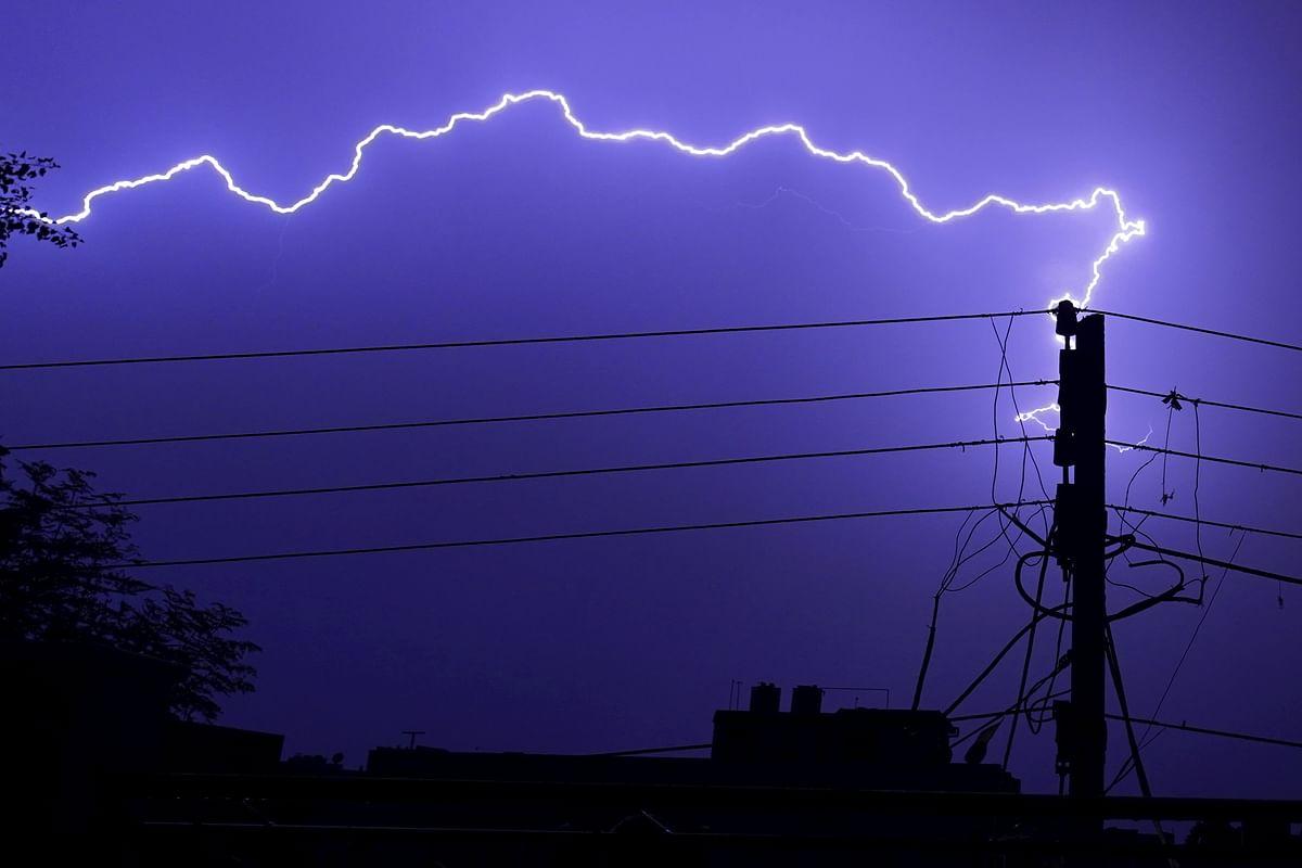 Weather Forecast : मौसम विभाग ने कई राज्यों के लिए जारी किया रेड, ऑरेंज और येलो अलर्ट, वज्रपात की जतायी आशंका