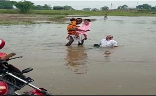 सिस्टम असमर्थ पर दिव्यांग शिक्षक ने हौसले से बाढ़ की धार को किया पार, लाचार शरीर को भी जोखिम में डालना बनी मजबूरी