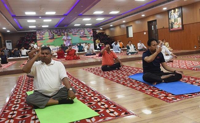 Yoga Day 2021: पटना भाजपा कार्यालय में रविशंकर प्रसाद व डिप्टी सीएम समेत कई दिग्गजों ने किया योग, वर्चुअल माध्यम से जुड़े 1000 लोग
