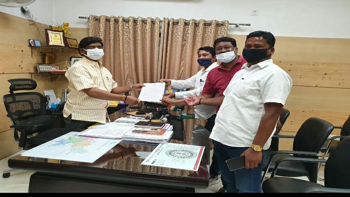 Jharkhand news :  सीएम हेमंत सोरेन से मिलकर सिमडेगा विधायक भूषण बाड़ा व अन्य ने घटिया सड़क निर्माण की जानकारी दी.
