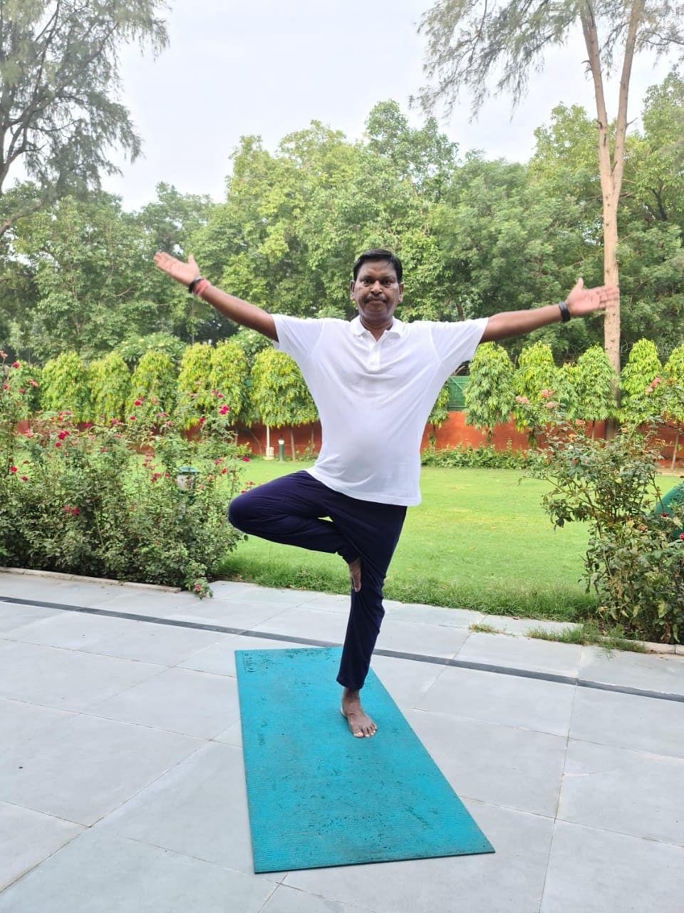 International Yoga Day 2021 In Jharkhand : कोरोना काल में केंद्रीय मंत्री अर्जुन मुंडा व विधायक दशरथ गागरई ने घरों में योगासन कर निरोग रहने का दिया संदेश, देखिए तस्वीरें