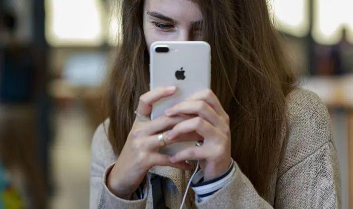 Smartphone को सर्विस सेंटर में देने से पहले पढ़ लें यह जरूरी खबर, आपकी आंखें खुल जाएंगी