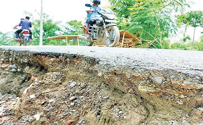 Bihar Flood Alert: बूढ़ी गंडक का दिखने लगा उग्र रुप, रेन कट पैच करने के लिए विभाग को नहीं मिल रही मिट्टी, मंडरा रहा बड़ा खतरा