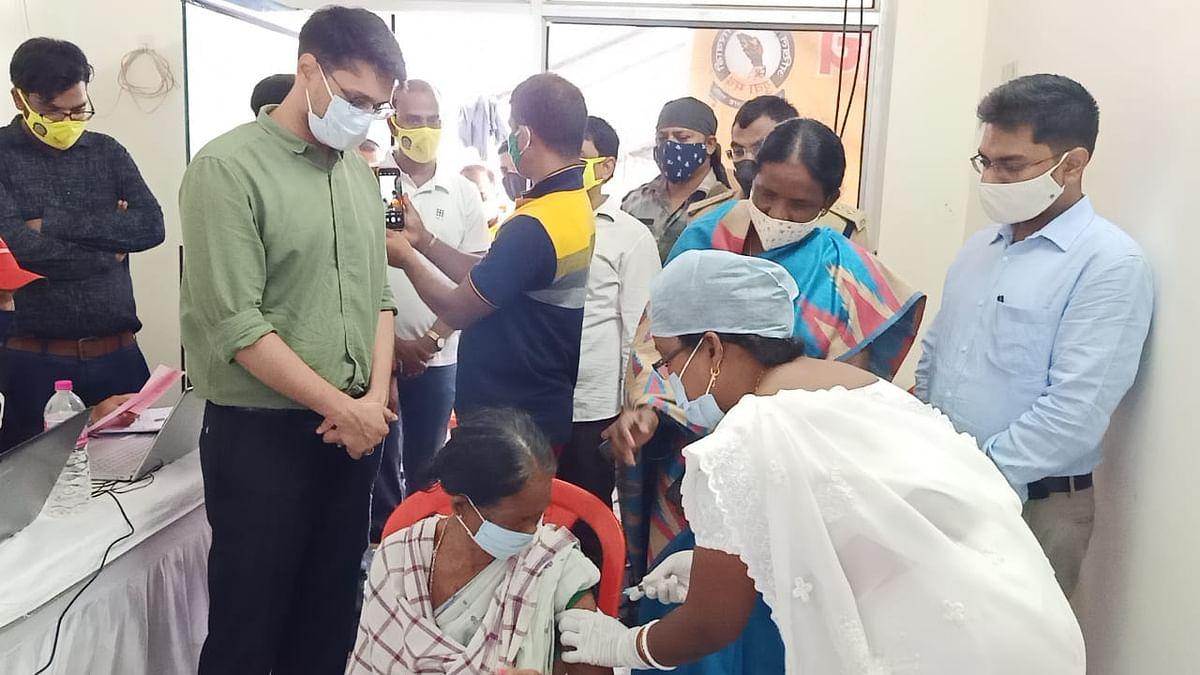 Corona Vaccination Update News : कोरोना टीका लगाने पर फ्री में मिला एक लीटर पेट्रोल, पश्चिमी सिंहभूम के चक्रधरपुर में लोगों को प्रोत्साहित करने की हुई अनोखी पहल
