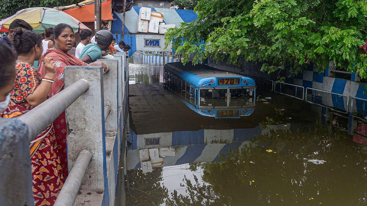 Torrential in Bengal: मूसलाधार बारिश से बंगाल में बाढ़, भू-स्खलन, 13 लोगों की मौत