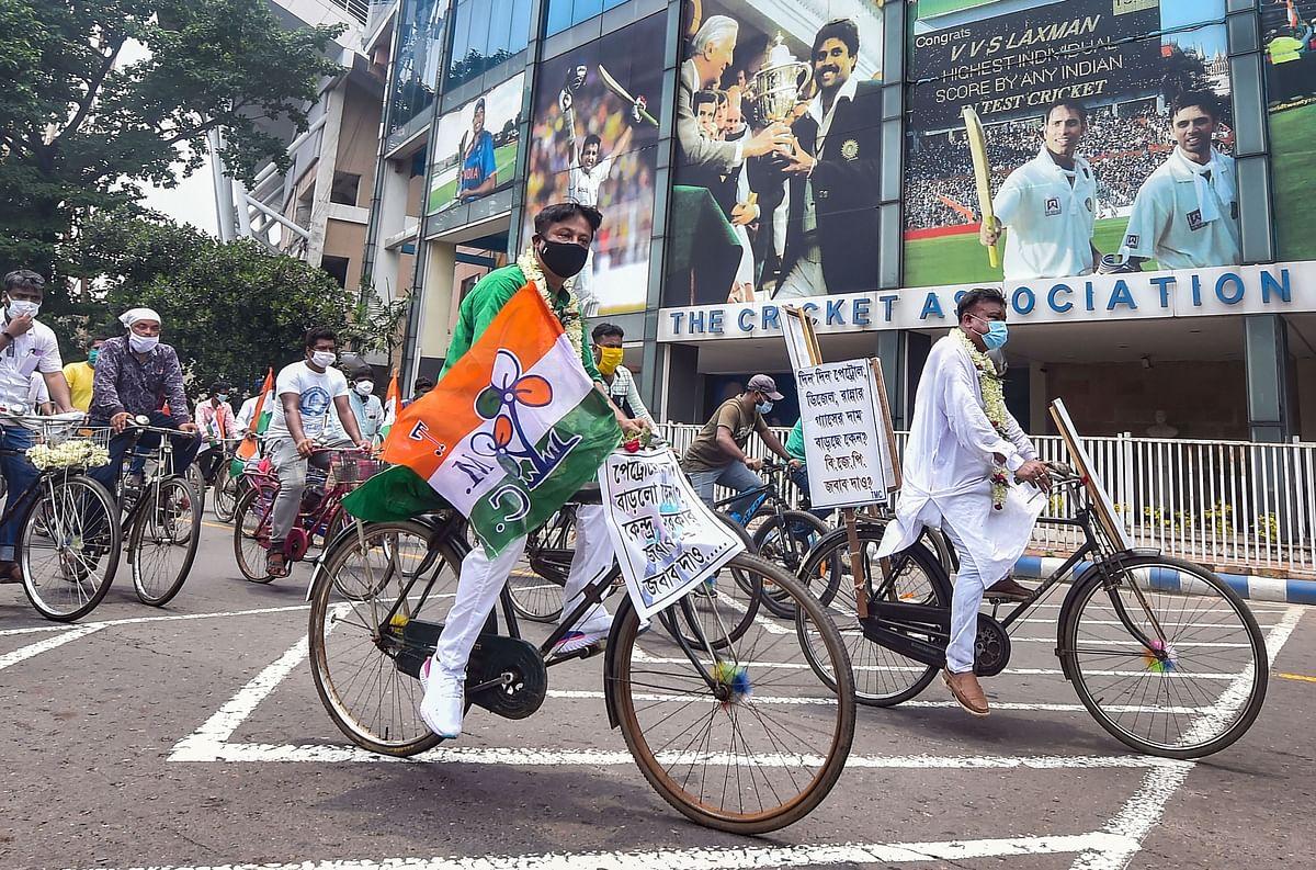 कोलकाता में पेट्रोल की कीमत 100 रुपये के पार, साइकिल से विधानसभा पहुंचे विधायक, देखें Exclusive Photo