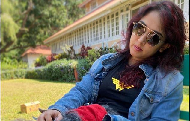 आमिर खान की बेटी Ira Khan की इस तसवीर में यूजर्स को दिखी सिगरेट, बोले- इसको ब्लर क्यों कर दिया?