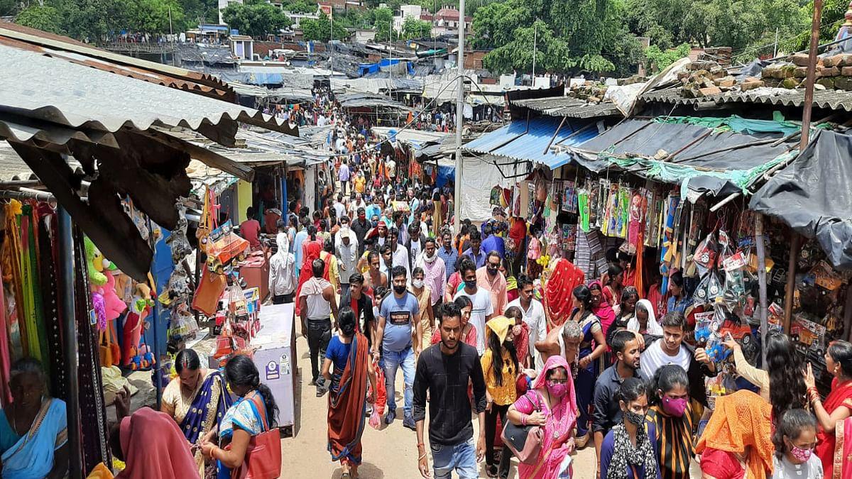 रामगढ़ में मां छिन्नमस्तिके मंदिर बंद, फिर भी श्रद्धालुओं की उमड़ी भीड़, यह लापरवाही कहीं ना पड़ जाये भारी