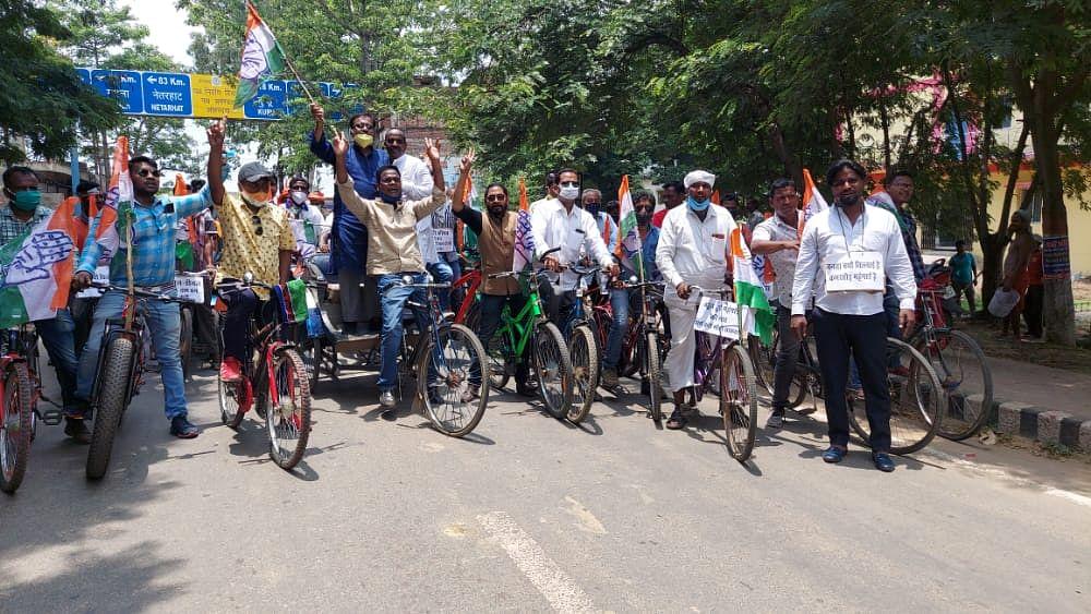 बढ़ती महंगाई के खिलाफ कांग्रेस ने निकाली साइकिल यात्रा, केंद्र सरकार पर साधा निशाना