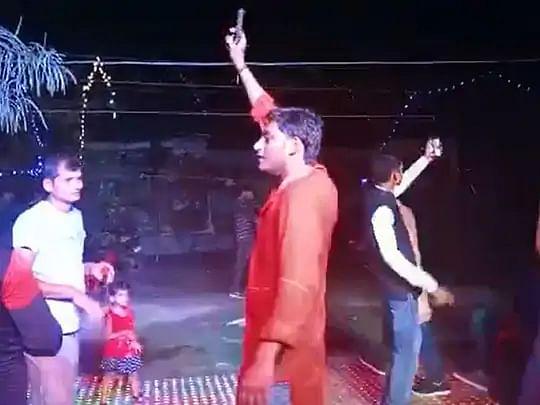 प्रेमिका के घर के सामने प्रेमी का चिता जलवाने वाले युवक का हथियार के साथ डांस करते वीडियो वायरल