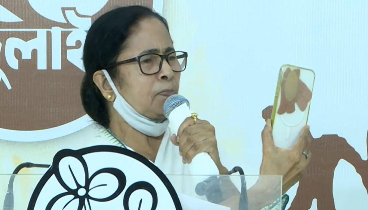 ममता बनर्जी का दावा- दिमाग को स्कैन कर लेता है पेगासस, फोन पर लगाया प्लास्टर