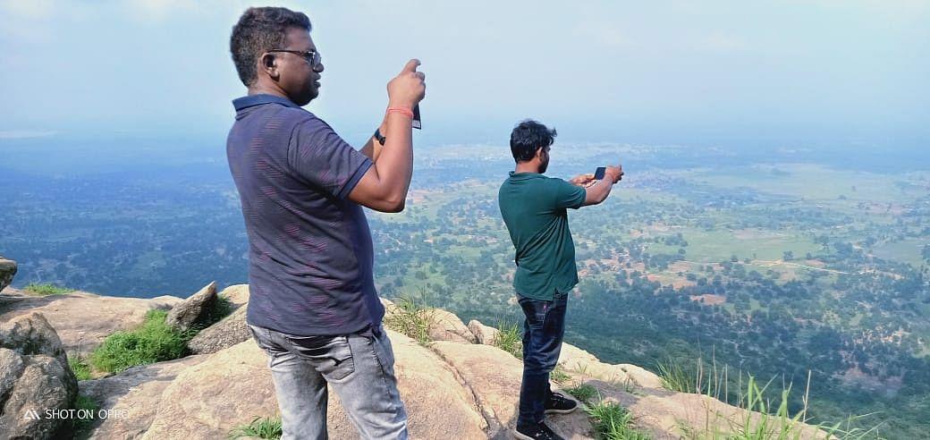 अमन गांव में पर्यटन की संभावनाएं देखते बीडीओ