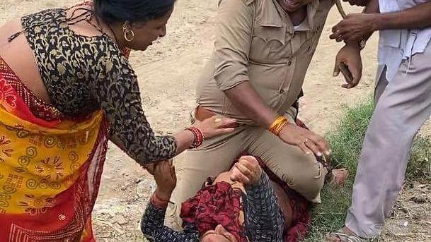 सीमा लांघकर महिला की छाती पर बैठे दारोगा, अखिलेश यादव ने किया ट्वीट- भाजपा शासन में दुशासन की कमी नहीं