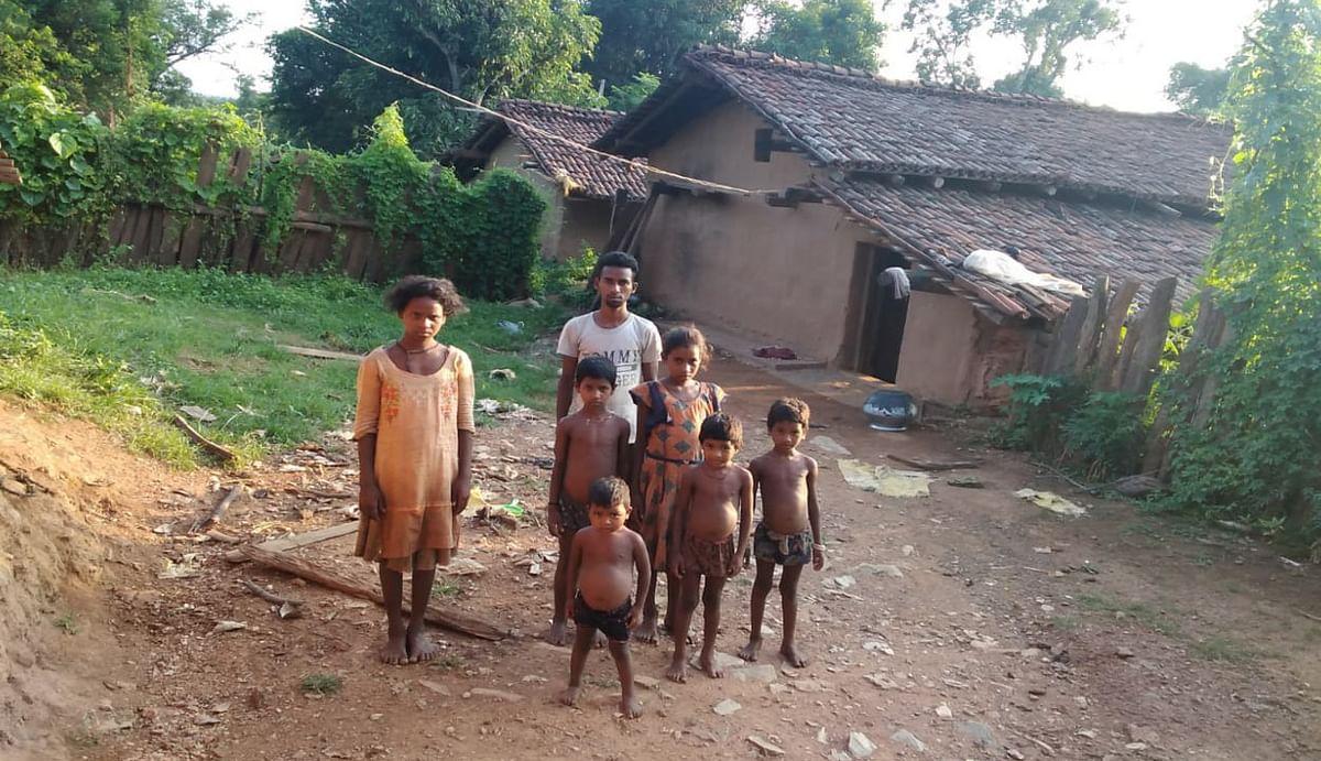 पश्चिमी सिंहभूम के किरीबुरू में पति की मौत के बाद 13 बच्चों की मां ने रचाई दूसरी शादी, बच्चों को छोड़ा अनाथ