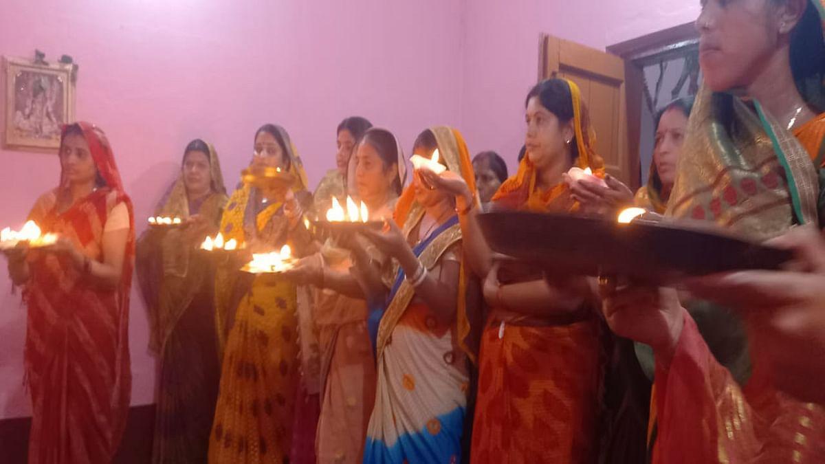 Jharkhand News : नवमी दर्शन पर चतुर्था मूर्ति की आरती उतारती महिलाएं.