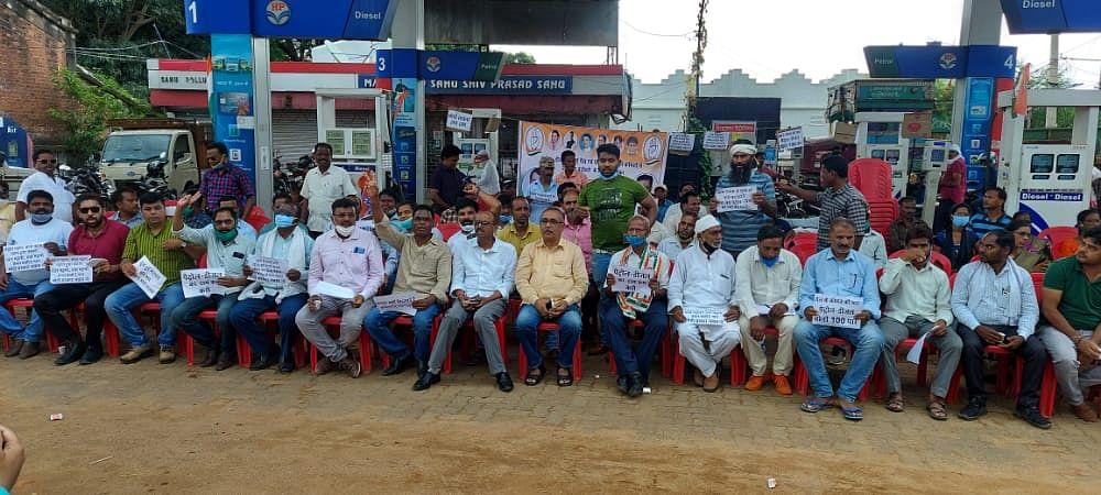 महंगाई के बहाने कांग्रेस ने केंद्र की मोदी सरकार पर साधा निशाना, पेट्रोल पंपों पर चलाया हस्ताक्षर अभियान