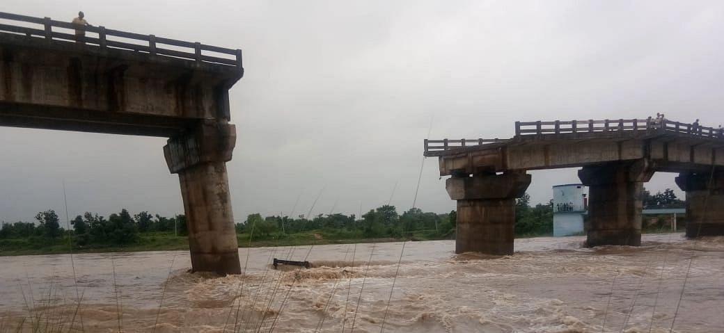 झारखंड में भारी बारिश से टूटा पुल, कई घर क्षतिग्रस्त, दामोदर-भैरवी का दिखा रौद्र रूप, देखिए PICS