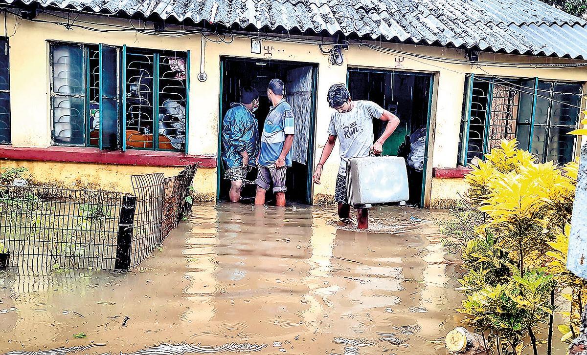सरकारी क्वार्टरों में भरा पानी. सामान बचाने की मशक्कत