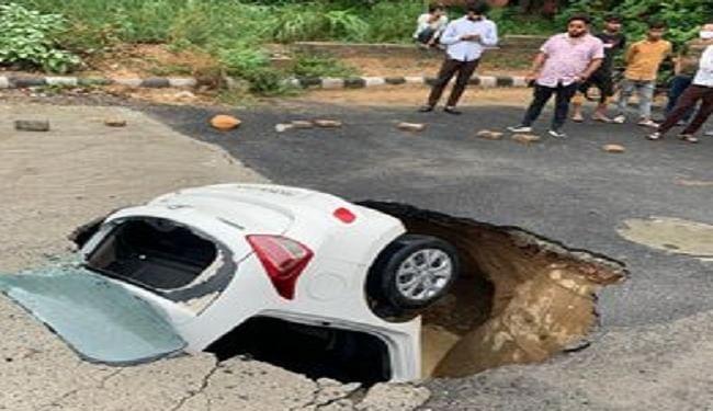 दिल्ली के द्वारका में खौफनाक हादसा, देखते ही देखते ड्राइवर समेत गड्ढे में समा गई पूरी कार