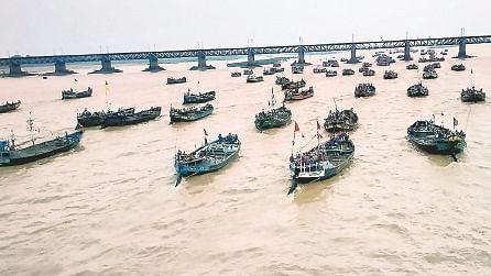 तीन बजे तक हुई अवैध बालू खनन पर कार्रवाई, शाम छह बजे फिर पहुंच गयीं हजारों नावें