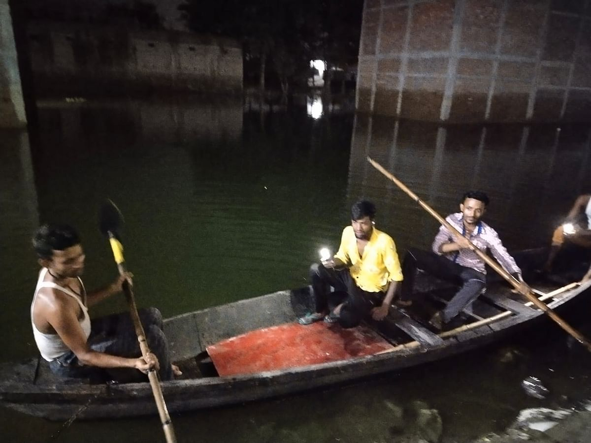 बाढ़ प्रभावित क्षेत्रों में चोरों का बढ़ा आतंक,युवकों ने नाव से शुरु की पहरेदारी