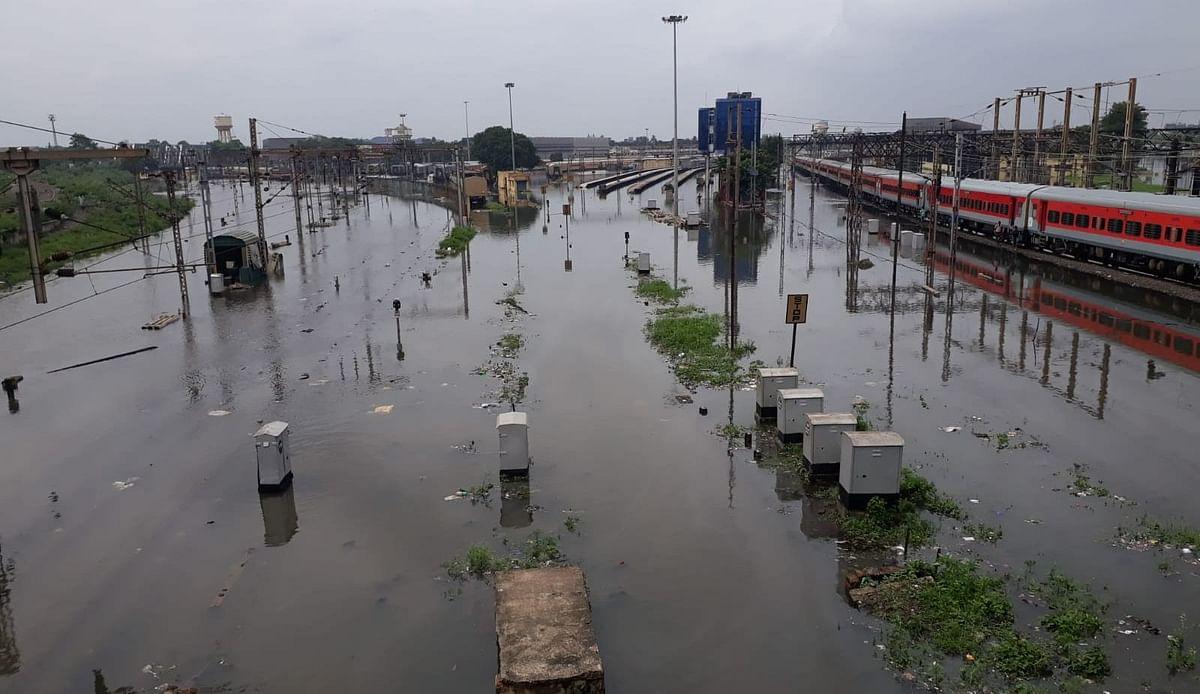 दिल्ली-मुंबई से भी बुरा हाल कोलकाता का, डूबी पटरियां, ट्रेनें रद्द, बारिश से लोग बेहाल