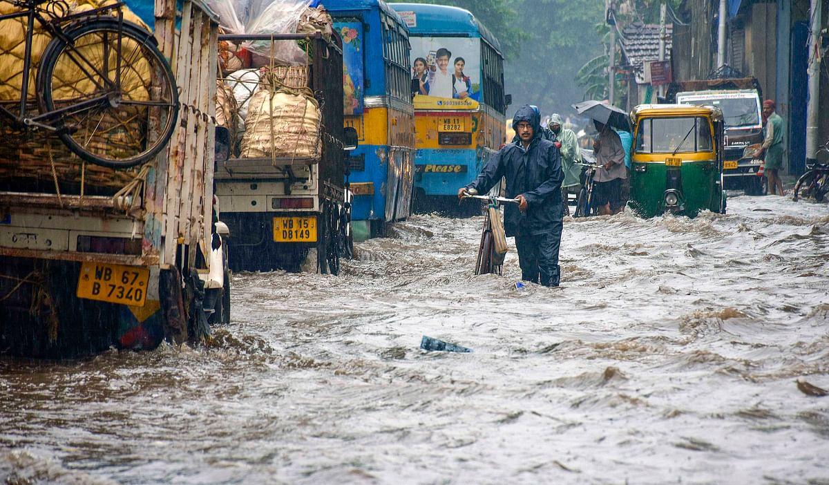 कोलकाता की सड़कों पर जलजमाव से ट्रैफिक जाम