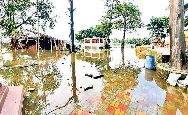 सिकंदरपुर मुक्तिधाम में बाढ़ का पानी.