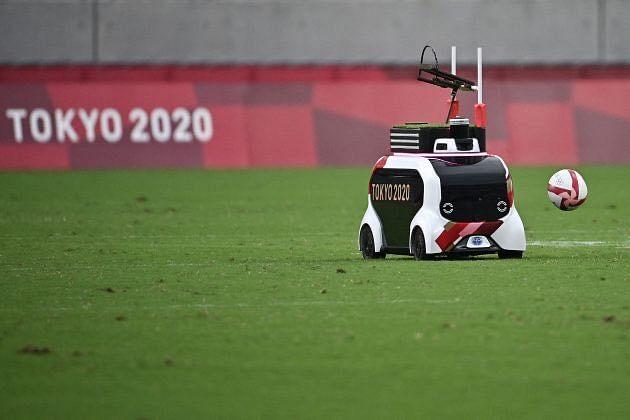 Olympics में जापान अपने रोबोटिक्स क्षमता कर रहा अनोखा इस्तेमाल, मैदान पर गेंद भी पहुंचा रहे रोबोट
