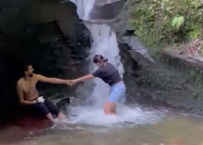 झरने के नीचे इशांत का रोमांस, इंग्लैंड में ऐसे छुट्टी का आनंद ले रहे भारतीय खिलाड़ी, VIDEO वायरल