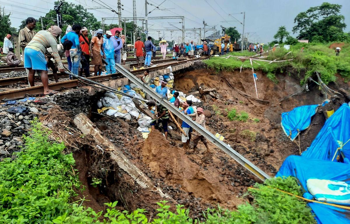 खड़गपुर में ट्रेन की पटरी के नीचे की मिट्टी खिसकी
