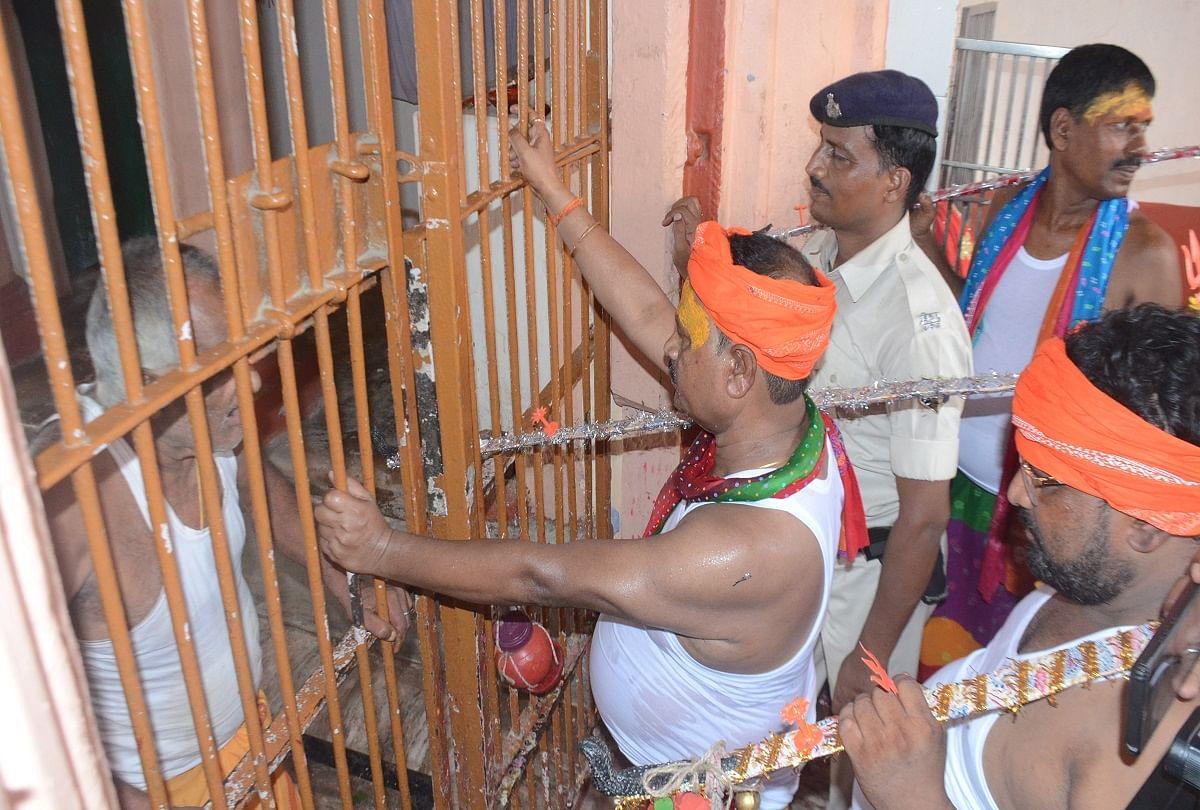 VIDEO: 'लाठी पार्टी के विधायक हैं, गर्दा उड़ा देंगे...', JDU विधायक ने मंदिर का गेट नहीं खोलने पर सरेआम धमकाया