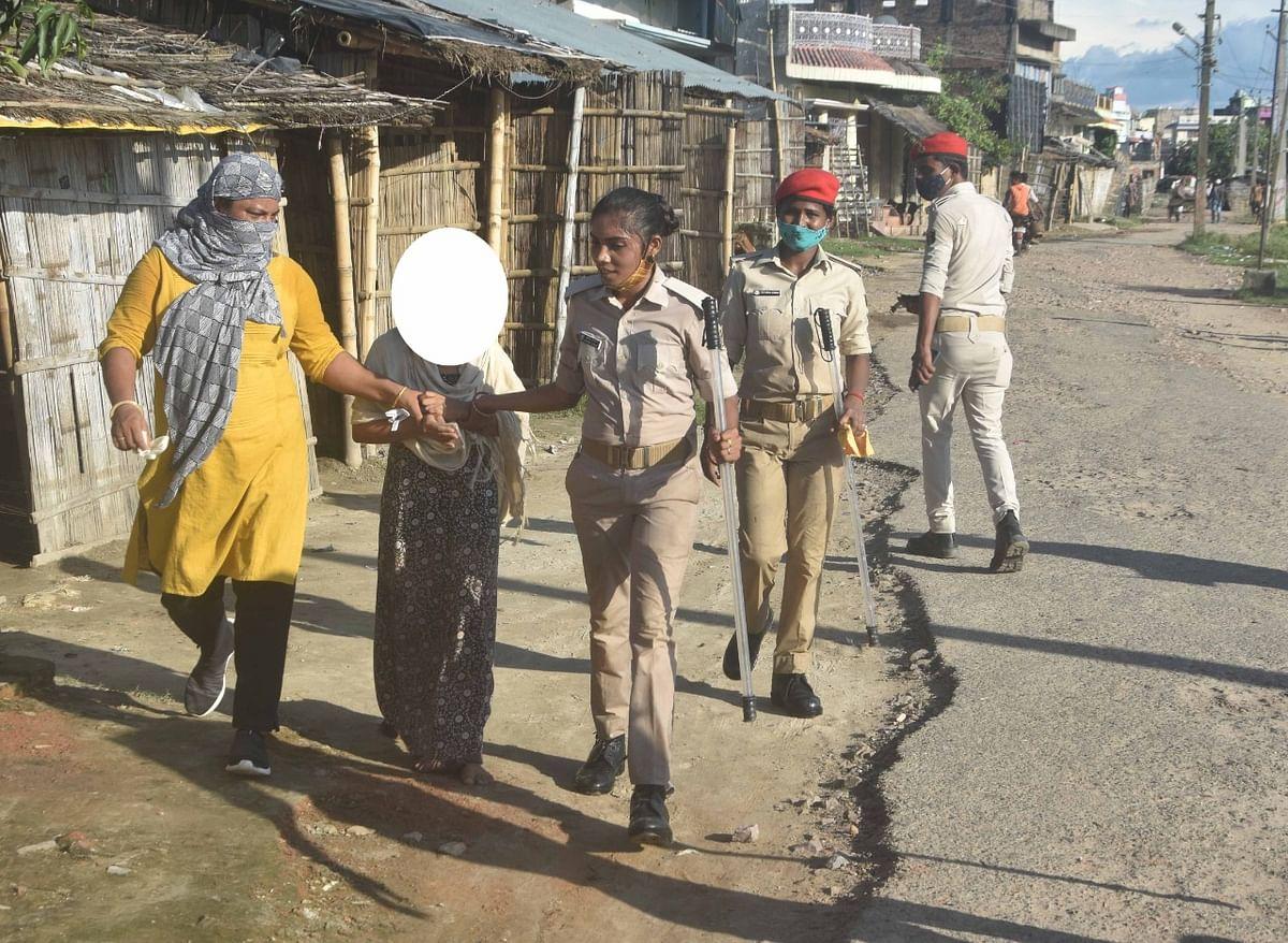 सीतामढ़ी रेडलाइट एरिया में छापा,16 महिलाओं व लड़कियों समेत 8 पुरुष हिरासत में