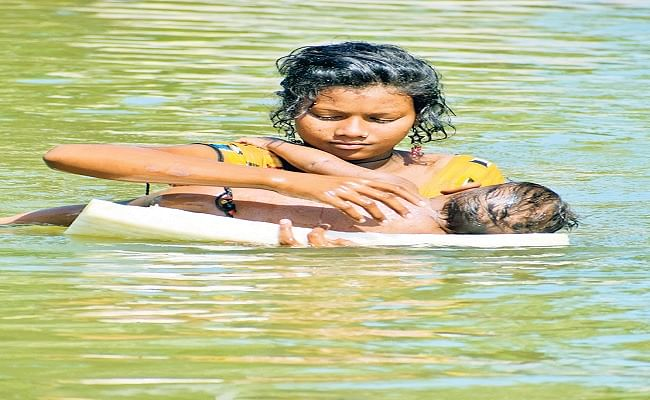 PHOTO: कहीं थर्मोकोल पर तैरता मासूम तो कहीं नाव से निरीक्षण करते डीएसपी, श्मशान तक पहुंची बाढ़ की तबाही