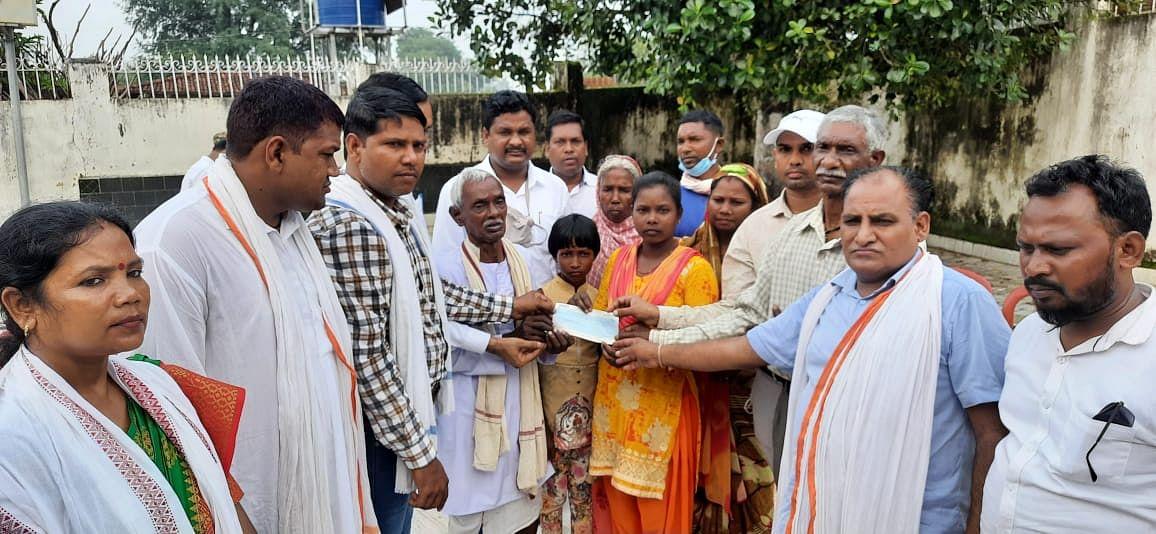 राजस्थान का मीणा समुदाय पहुंचा झारखंड, भगवान बिरसा मुंडा की परपोती जौनी मुंडा को दिये पांच लाख रुपये