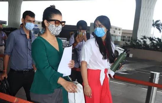 न्यासा देवगन संग एयरपोर्ट पर स्पॉट हुईं काजोल, कैमरापर्सन की 'चप्पल' वाली बातचीत ने खींचा ध्यान, VIDEO