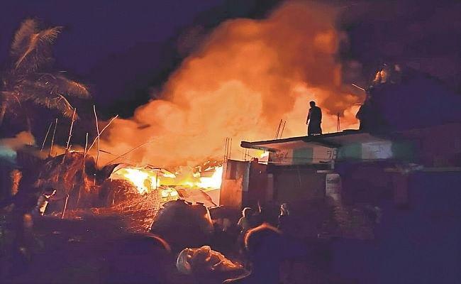Bihar News: कटिहार में देर रात लगी भीषण आग, आधा दर्जन घर जलकर हुए राख, दो मवेशी झुलसे