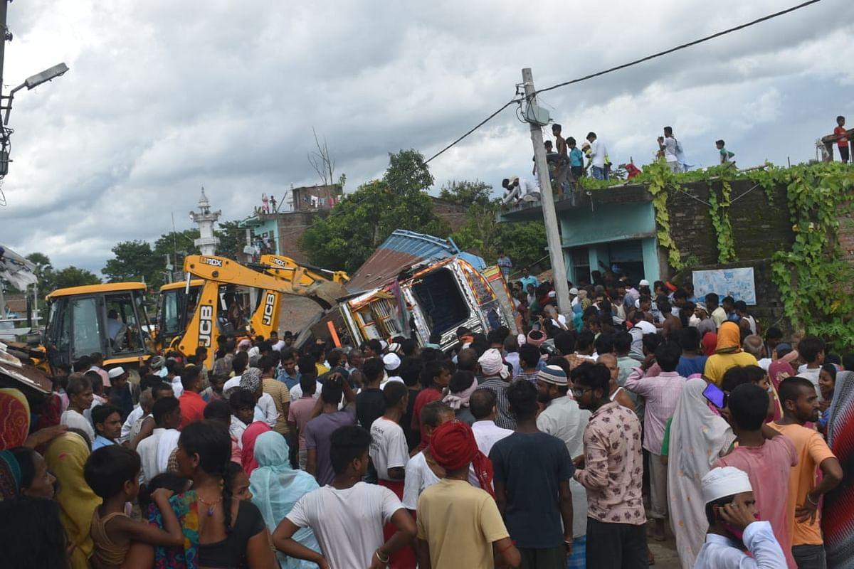 बिहार के सीतामढ़ी में बालू लदा ट्रक झोपड़ी पर पलटा, 3 बच्चों की मौत, 5 जख्मी