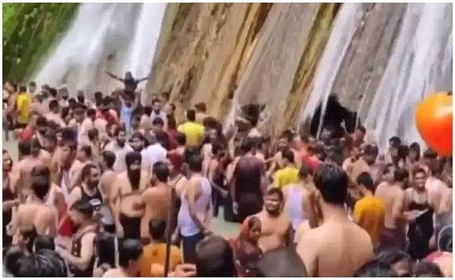 मसूरी में झरने में नहाते सैकड़ों लोगों का वीडियो वायरल, कोविड-19 नियमों की उड़ाई धज्जियां