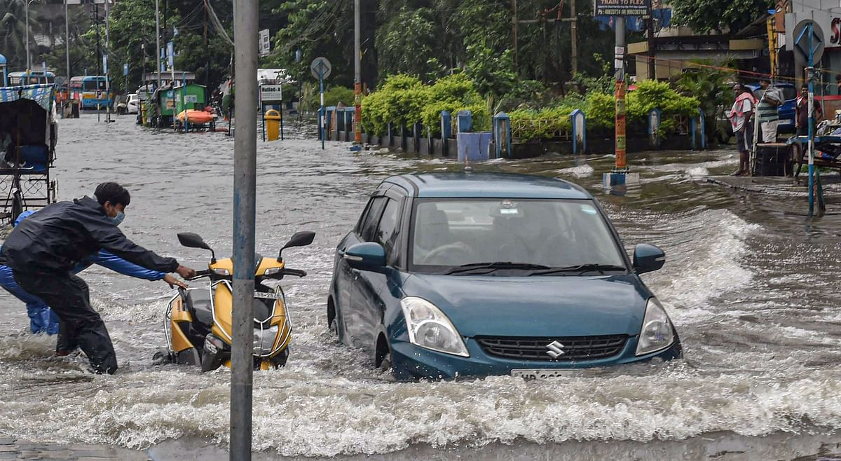 Weather Today: मूसलाधार बारिश से बंगाल बेहाल, कोलकाता जलमग्न, कोर्ट में करंट, मंत्री फिरहाद ने कही ये बात