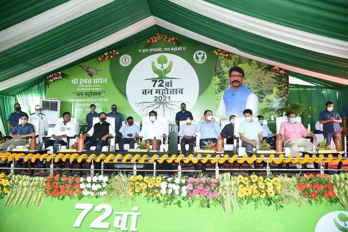 झारखंड के CM हेमंत सोरेन ने वन महोत्सव का किया उद्घाटन, बोले-कागजों के बजाय धरातल पर हो पौधरोपण