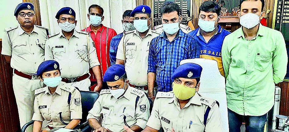 बिहार के पांच जिलों की महिलाओं से 100 करोड़ रुपये की ठगी करने वाला गिरफ्तार, कई दस्तावेज जब्त