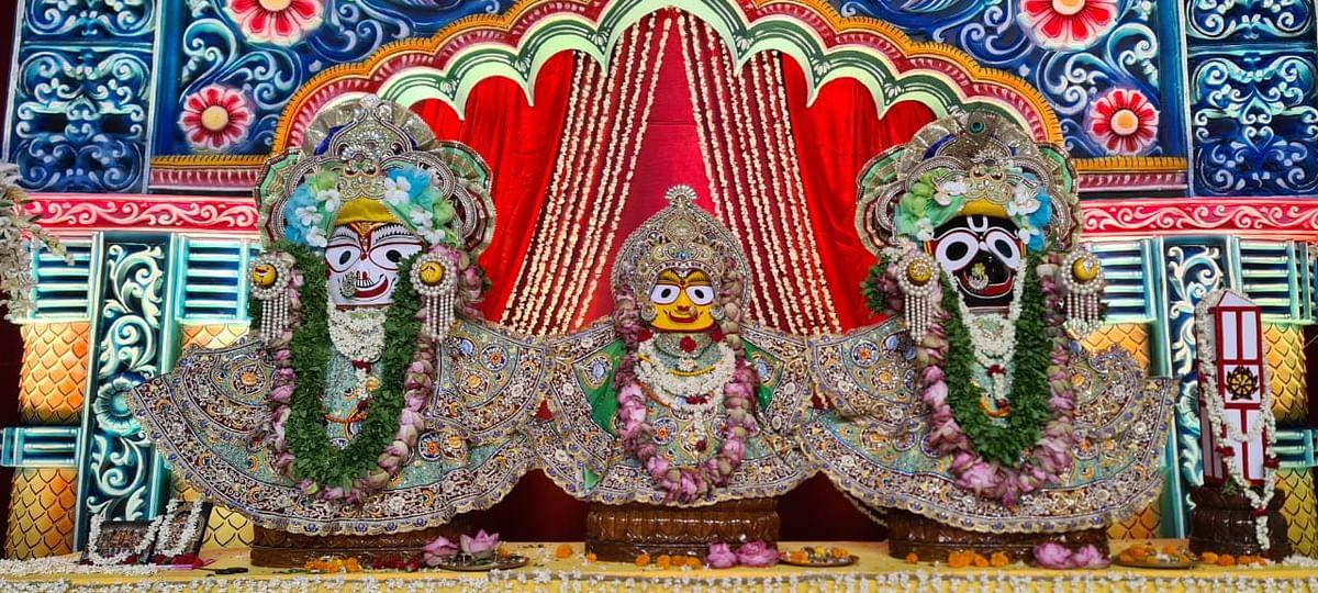 इस्कॉन मंदिर में भगवान जगन्नाथ, बलराम और बहन सुभद्रा के विग्रह
