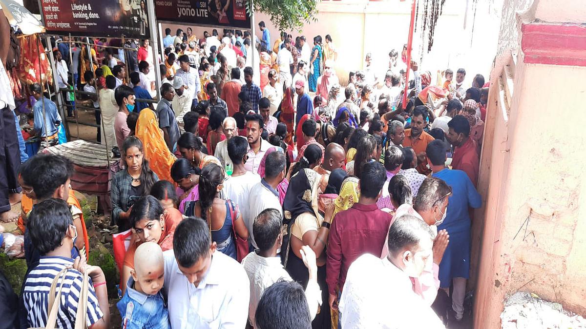 Jharkhand News : रजरप्पा मंदिर के द्वार पर ही श्रद्धालुओं टेक रहे हैं मत्था.