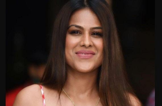 Nia Sharma ने व्हाइट बॉडीकॉन ड्रेस में किया भांगड़ा, वायरल VIDEO ने बनाया फैंस को दीवाना